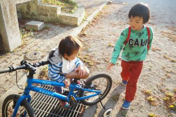補助輪付き自転車で公園へ